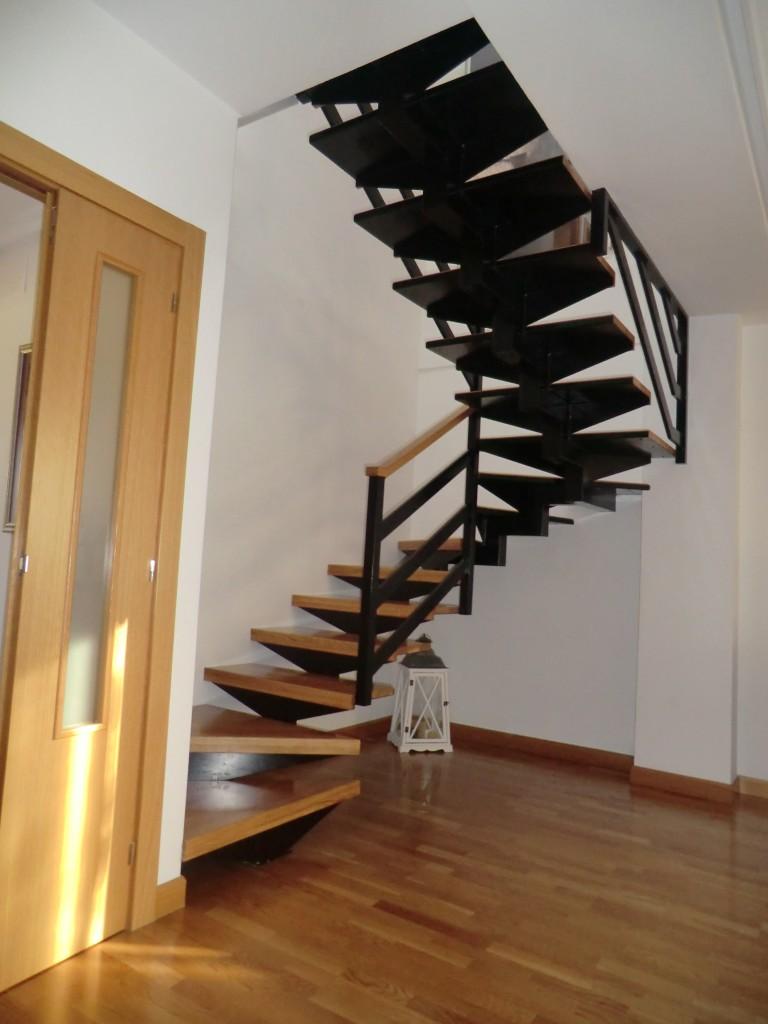 escaleras voladas instaladas sobre diferentes estructuras con acabados en madera laminados o vinilos